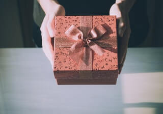 Cik naudu tērēt Ziemassvētku vai Jaungada dāvanām